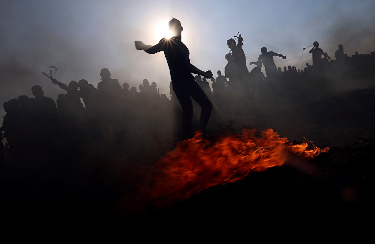 Палестинские демонстранты бросают камни