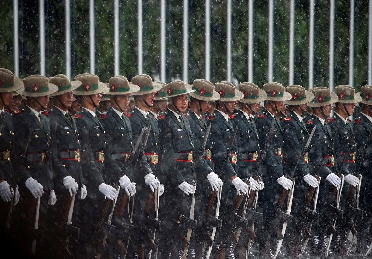 Непальские военнослужащие во время торжественной встречи президента Шри-Ланки Майтрипалы Сирисены