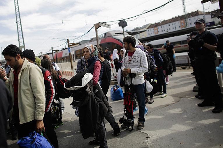 Прибывшие мигранты на перроне одной из станций Германии