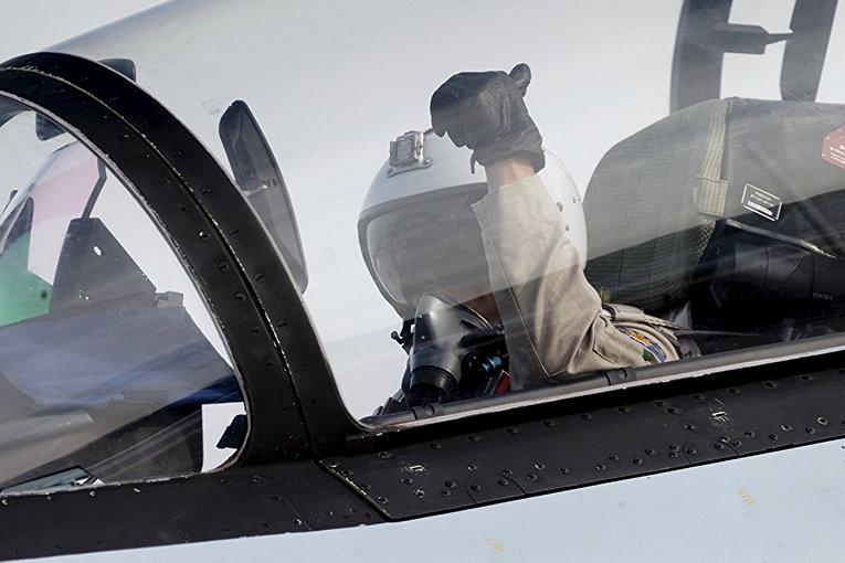 Пилот в кабине истребителя Су-30 готовится к взлету с аэродрома авиабазы «Хмеймим» в провинции Латакия