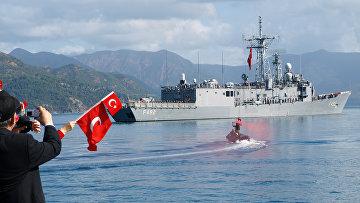 Турецкий фрегат TCG Gemlik у военно-морской базы Аксаза в средиземном море