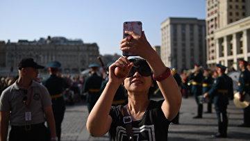 """Туристка во время закрытия летнего сезона """"Военные оркестры в парках"""" в Москве"""