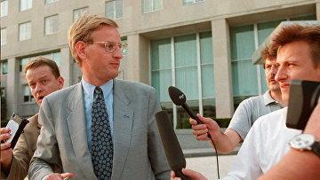 Карл Бильдт покидает Госдепартамент США в Вашингтоне 2 августа 1995 года