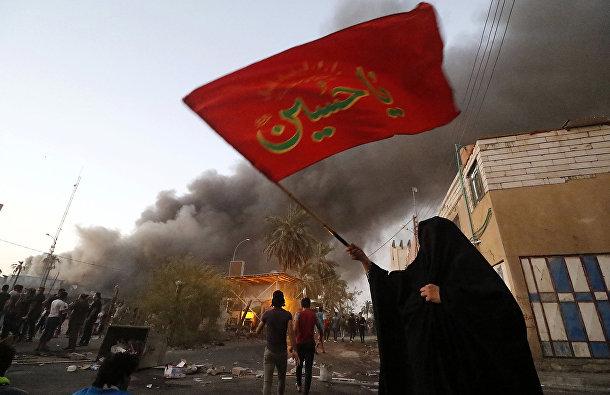 Участники антипровительственного протеста в Басре, Ирак