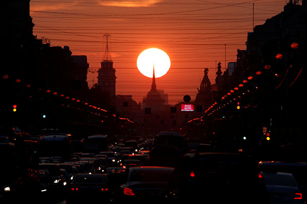 Закат на Невском проспекте в Санкт-Петербурге