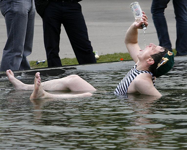 Мужчина отмечает день День пограничника в Москве