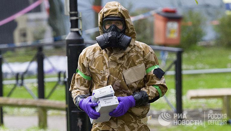 Военный в защитном костюме в Солсбери