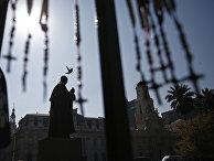 Статуя кардинала Хосе Мария Каро перед кафедральным Собором Сантьяго