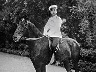 Российский император Николай II верхом на лошади