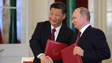 Владимир Путин и председатель Китайской Народной Республики Си Цзиньпин во время церемонии подписания документов по итогам встречи. 4 июля 2017