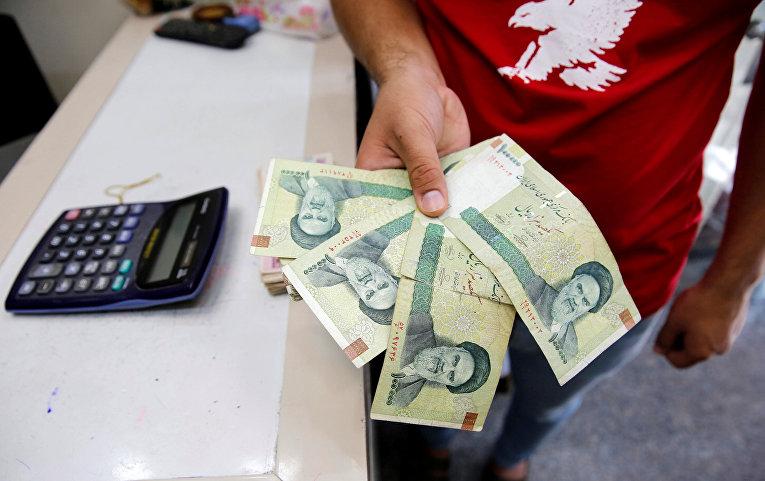 Иранские риалы в пункте обмена валюты в Багдаде, Ирак