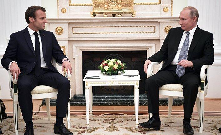 Президент РФ Владимир Путин и президент Франции Эммануэль Макрон во время встречи. 15 июля 2018