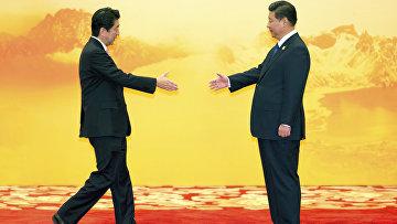 Премьер-министр Японии Синдзо Абэ и председатель КНР Си Цзиньпин