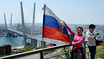Туристы из Китая на смотровой площадке сопки Орлиное Гнездо и вантовый мост через бухту Золотой Рог во Владивостоке