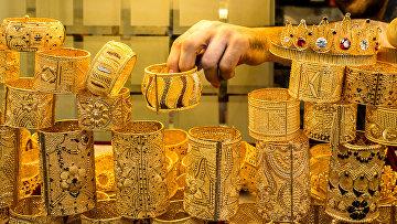 Золотые украшения в ювелирном магазине в Стамбуле