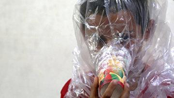 Жители сирийской провинции Идлиб в самодельных противогазах