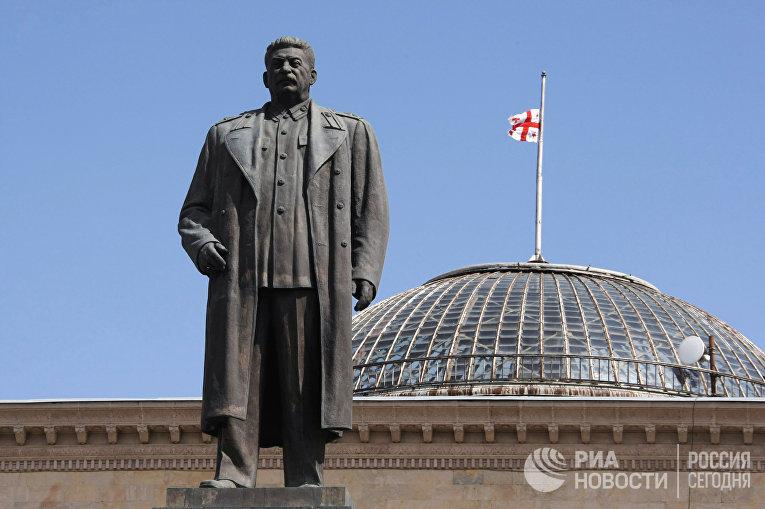 Памятник Иосифу Сталину на центральной площади города Гори