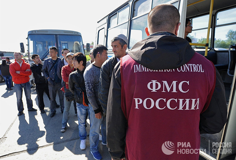 Сотрудник ФМС России с задержанными во время рейда на одном из рынков Челябинска