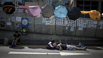 Сторонники протестного движения Occupy Central лежат на проезжей части в районе Admiralty в Гонконге