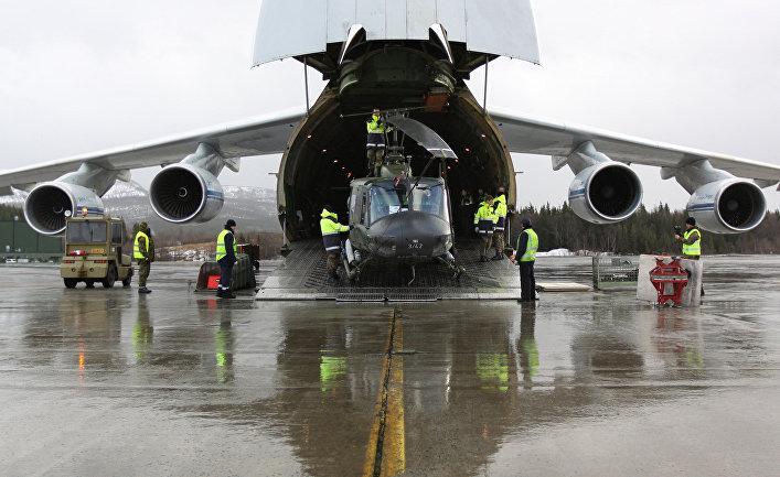 Разгрузка самолета на учениях НАТО, аэродром Харстад-Нарвик, Норвегия