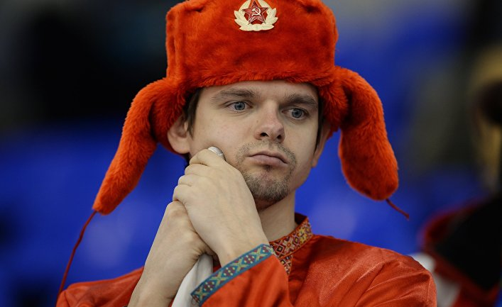 Болельщик сборной России в матче между сборными командами Китая и России в соревнованиях по керлингу среди мужчин на XVIII Сурдлимпийских зимних играх в Ханты-Мансийске