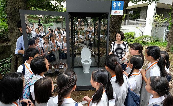 Учащиеся начальной школы во время интерактивного занятия по санитарии в Токио, Япония