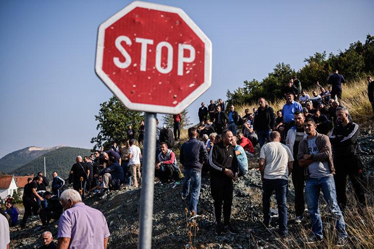 Косовские албанцы собираются на баррикады в целях блокировки дороги из-за визита сербского президента недалеко от деревни Банье