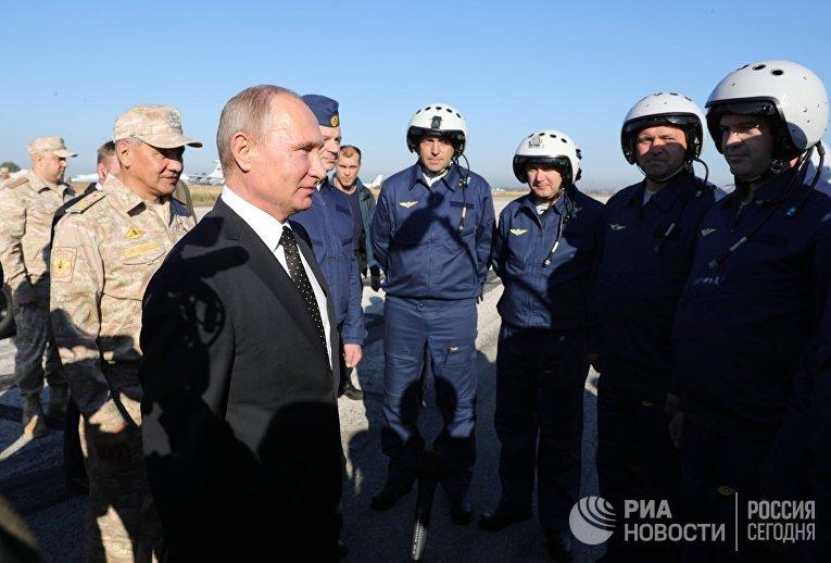 Владимир Путин общается с военнослужащими во время посещения авиабазы Хмеймим в Сирии. 11 декабря 2017