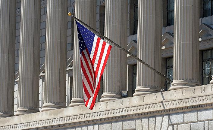 Флаг США на здании министерства торговли в Вашингтоне