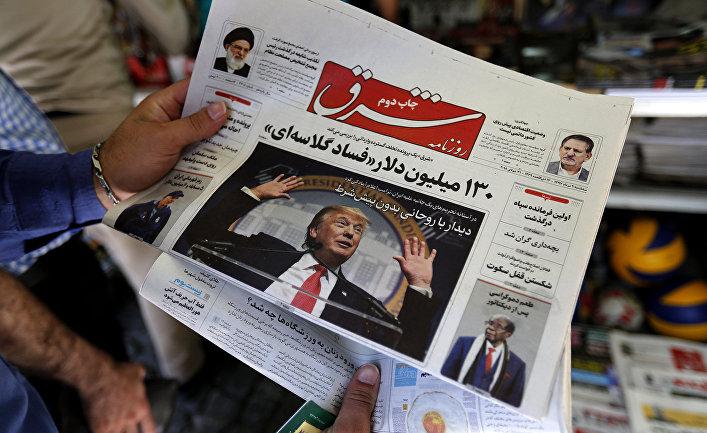 Газета с фотографией президента США Дональда Трампа на первой полосе в Тегеране
