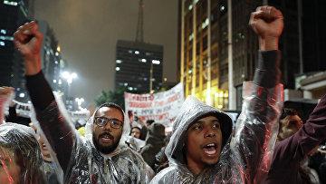 Участники акции протеста против Мишеля Темера в Сан-Паулу, Бразилия