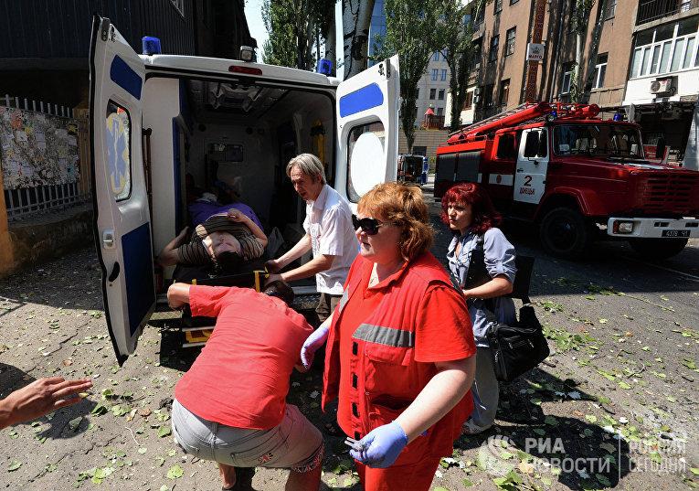Медицинские работники транспортируют женщину