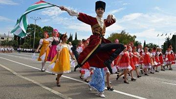 Участники праздничного шествия в честь Дня независимости Абхазии