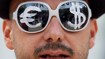 Мужчина в очках с символами евро и доллара