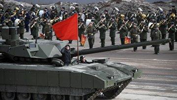 """Танк Т-14 """"Армата"""" во время тренировки к военному параду на Красной площади 9 мая 2017 года"""
