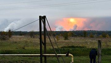 Дым от взрывов на складе с боеприпасами в районе населенного пункта Ичня Черниговской области, Украина. 9 октября 2018