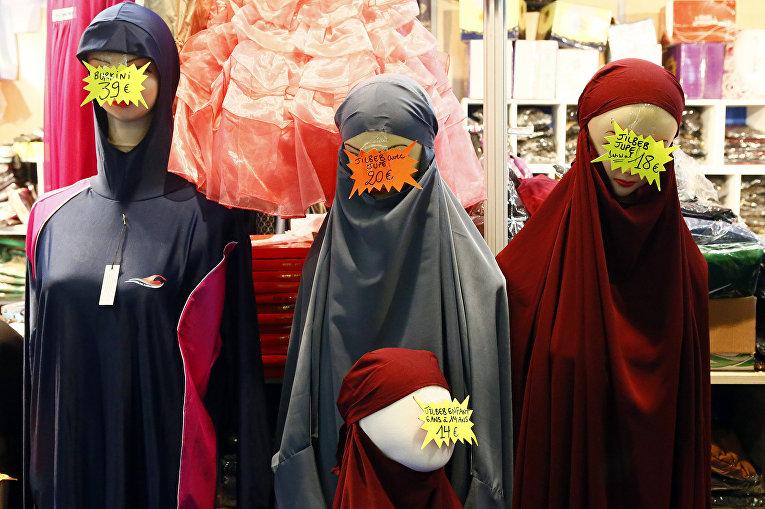 Продажа одежды в пригороде Парижа, Франция