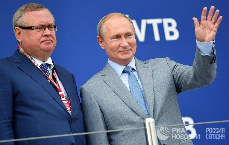 Президент РФ В. Путин и председатель правления Банка ВТБ Андрей Костин (слева)