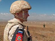Сотрудник российской военной полиции вблизи деревни Таль Крум на сирийских Голанских высотах