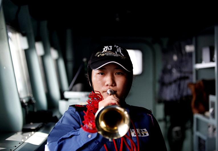 Женщины, служащие на крупнейшем военном корабле Японии