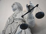 Статуя богини справедливости в здании суда в городе Рен