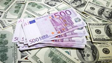 Денежные купюры: евро и доллары США