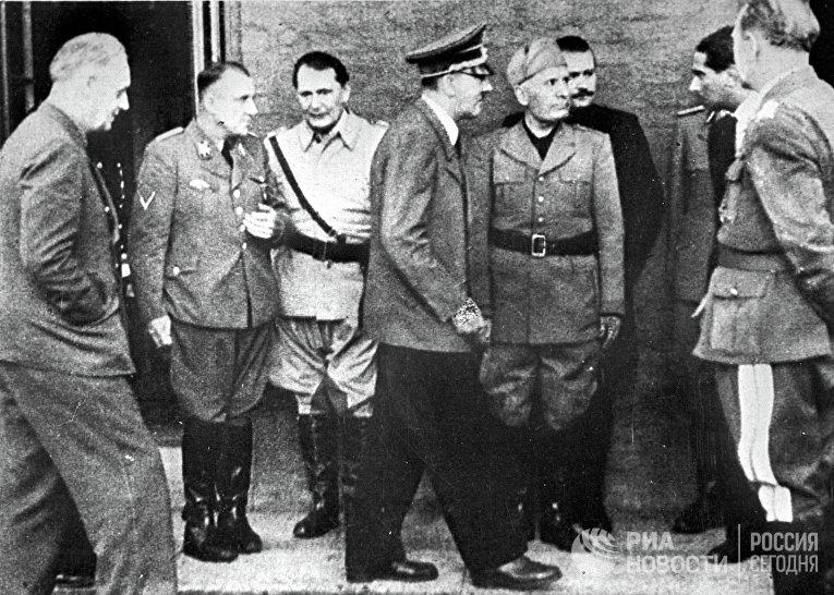 Министр иностранных дел Германии Иоахим фон Риббентроп, рейхсляйтер Мартин Борман, рейхсмаршал Герман Геринг, фюрер Адольф Гитлер, дуче Бенито Муссолини