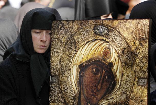 Православная монахиня во время акции в Кишиневе