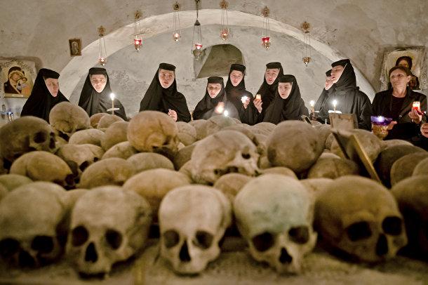 Монахини во время пасхального богослужения в склепе монастыря недалеко от Бухареста