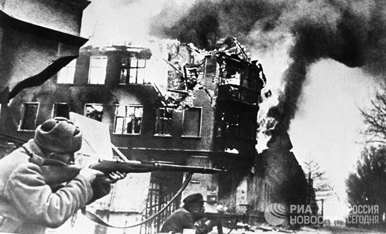 Советские солдаты ведут бой на разрушенной улице Кенигсберга