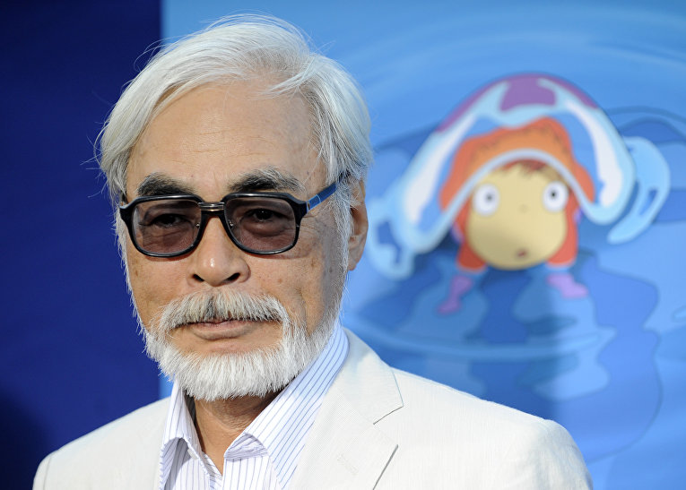 Хаяо Миядзаки нафоне постера «Рыбки Поньо наутесе»