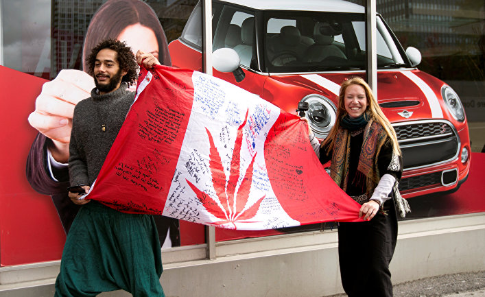 Молодые люди в ожидании открытие магазина по продаже каннибиса в день легализации марихуаны в Монреале