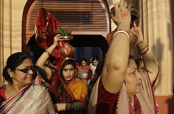 Участники ритуала во время фестиваля Дурга Пуджа в Калькутте, Индия