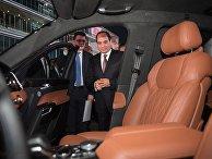 Президент Египта Абдель Фаттах ас-Сиси осматривает салон автомобиля Aurus